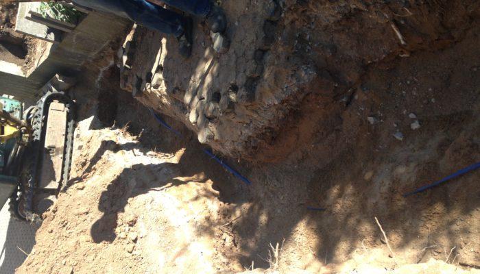 Wasserleitungsgraben mit Minibagger erstellen und verlegen der Wasserleitung